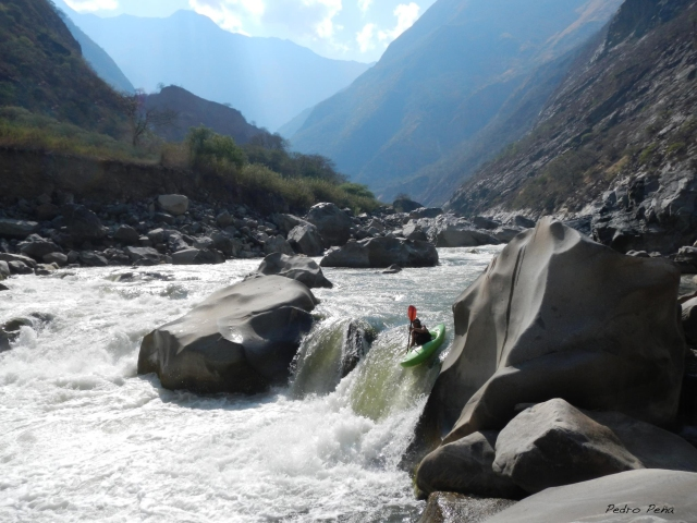 Kayaker runs the drop to the side of the main drop (Pedro Peña photo)