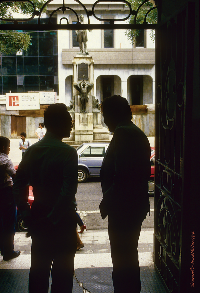 Two men, at the entrance to the Mercado Central