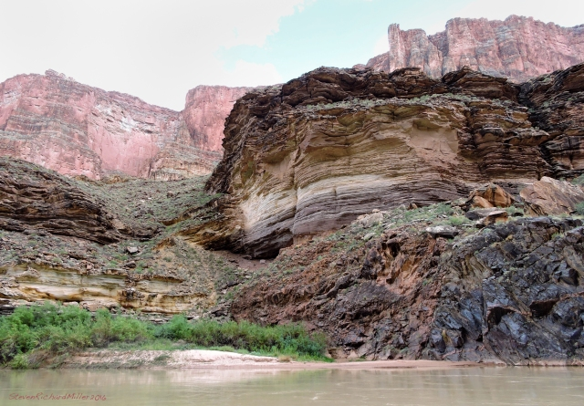 The extension of the fault that created the Monument Fold and cut past Explorers Monument appears at the river again, at Mile 118. Here, you can see that the Tapeats on the left has been dropped relative to that on the right, which sits on schist.