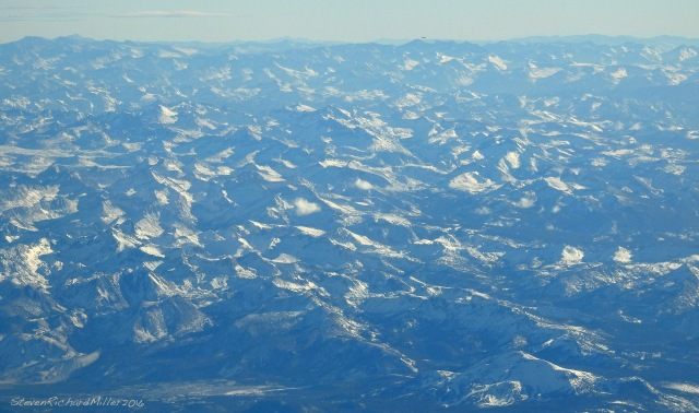 A longer telephoto view to the south, of much of the the Sierras, with Mammoth Mountain ski area seen at bottom right.
