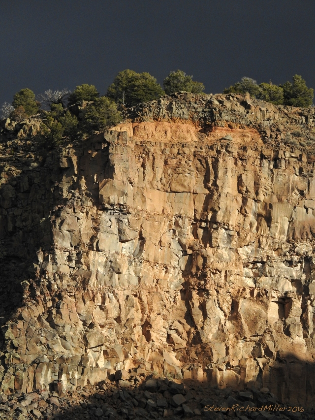 Across from the point seen above, this cliff is stained red by a deposit of reddish soil that lies above it.